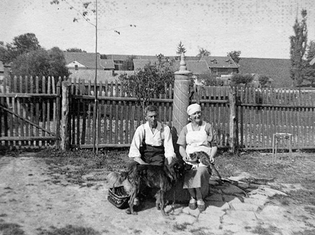 Jakub i Maria Ćwikła oraz pies Misiek i nieznany z imienia kot, Kalwaria 08.1935 r.
